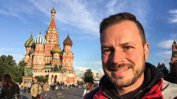 Reiseblogger Gerhard Liebenberger alias Andersreisender am Roten Platz in Moskau, im Hintergrund die Basiliuskathedrale.