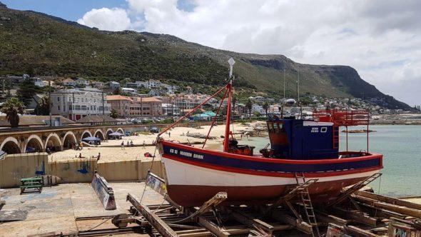 Ein Schiff im Hafen von Kalk Bay