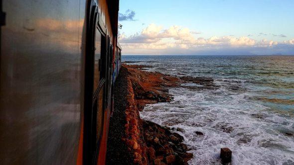 Zug von Kapstadt nach Simon's Town entlang der Küste
