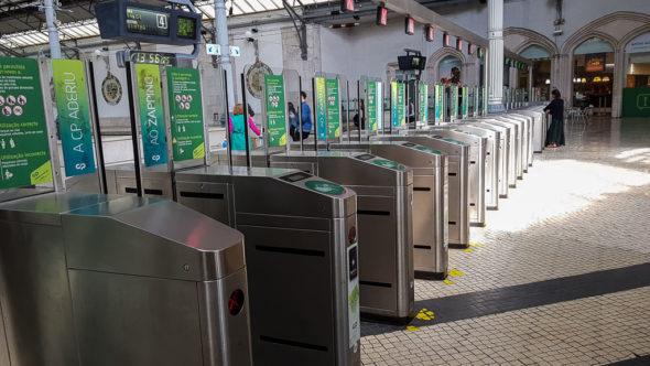 Bahnsteigsperren im Bahnhof Lisboa Rossio