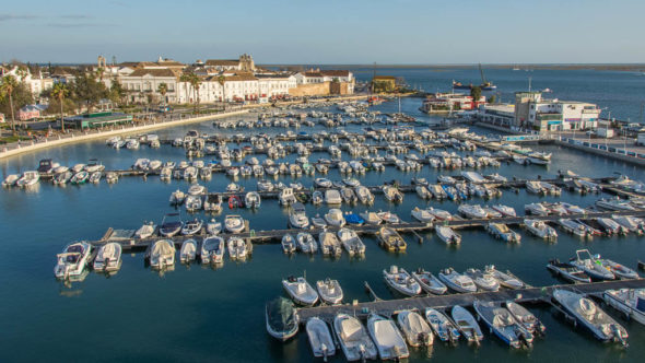 Jachthafen von Faro, im Hintergrund das Meer - Algarve, Portugal