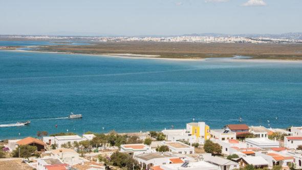 Ria Formosa an der Algarve, im Hintergrund Faro