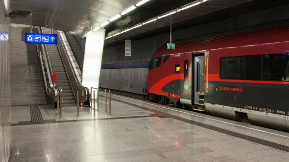 Bahnhof Flughafen Wien mit Railjet