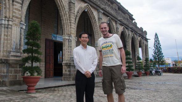 Bild: Pfarrer Antony Quoc empfängt mich vor der Kirche in Nha Trang