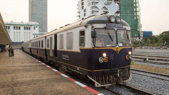 Zug in Kambodscha im Bahnhof Phnom Penh