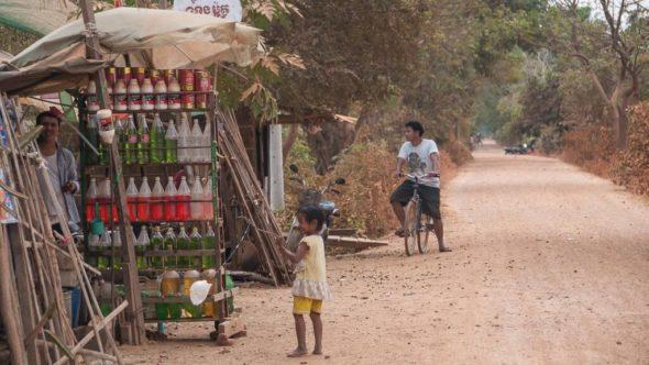 Benzin in Flaschen am Straßenrand in Kambodscha