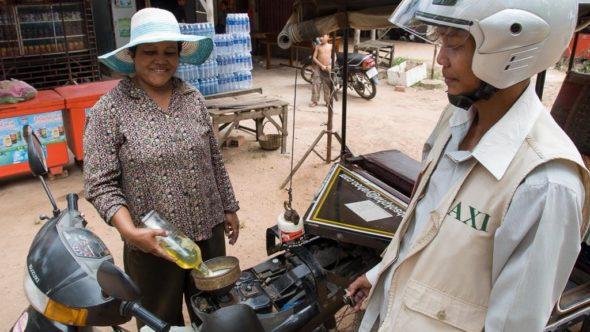 Tankstelle mit Flaschen in Kambodscha