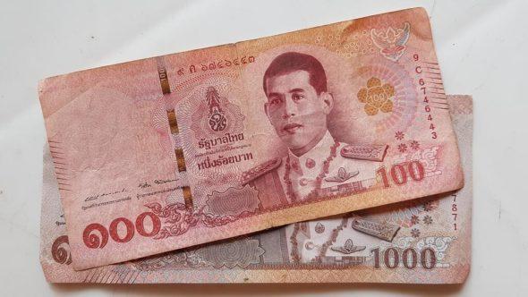 Farbliche Ähnlichkeit des 100 Baht und 1000 Baht Geldscheins