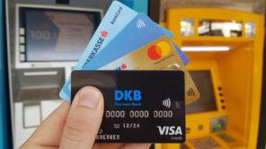 Bargeld mit Kreditkarten am Geldautomat in Thailand