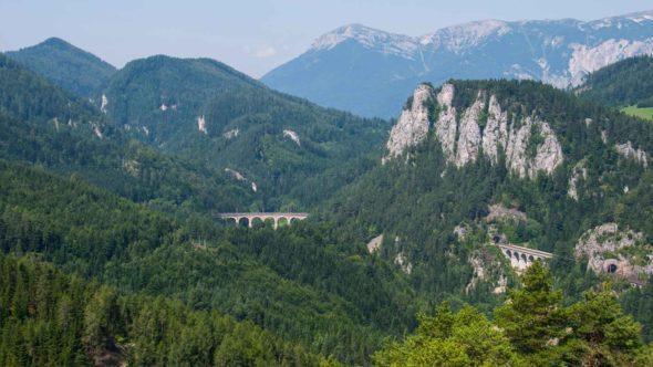 Semmeringbahn bei einer Reise mit dem Zug durch Österreich
