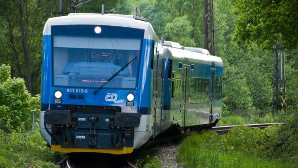Bild: Zug im Wald in Tschechien