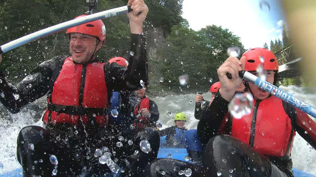 Das erste Mal Rafting: Cooles Erlebnis mit Tipps für Anfänger (Video)